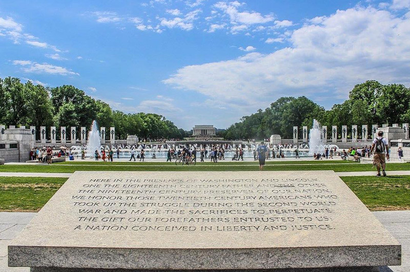 @jessicatomichek - World War II Memorial and Lincoln Memorial on the National Mall During Memorial Day Weekend - Monuments and Memorials in Washington, DC