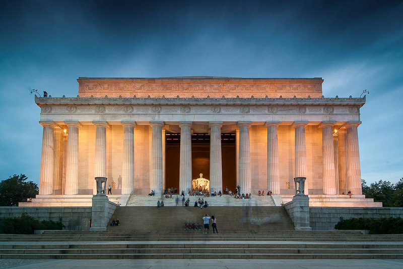 https://washington-org.s3.amazonaws.com/s3fs-public/pixels.sh_visitors-to-the-lincoln-memorial-at-night_mydccool-via-crowdriff.jpg