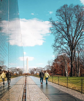 @dccitygirl - Couple walking past the Vietnam Veterans Memorial - Washington, DC