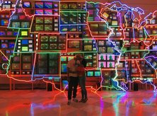 @jcwhittington_ - Couple kissing at Smithsonian American Art Museum's Electronic Superhighway - Unique date ideas in Washington, DC