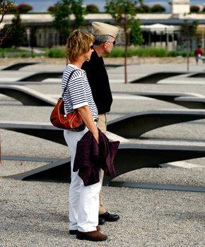 couple at pentagon memorial